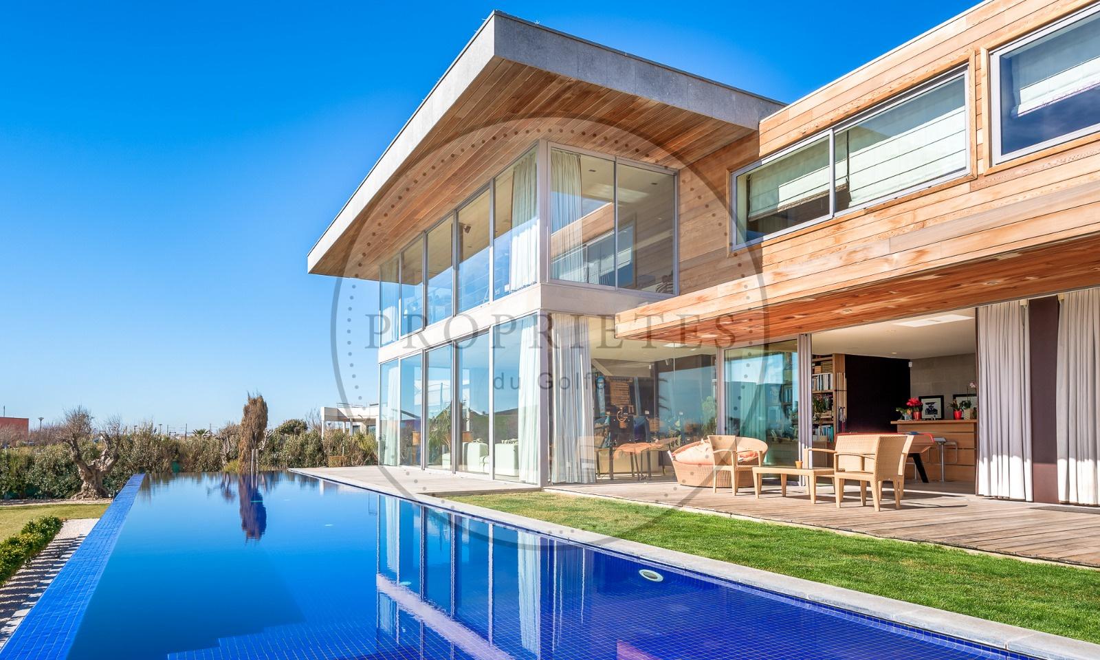 Vente luxueuse villa en front de mer s te propri t s for Garage sete route de montpellier